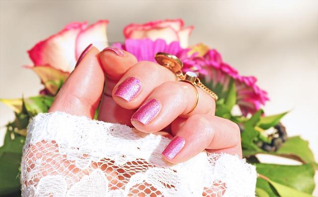 růžové nehty
