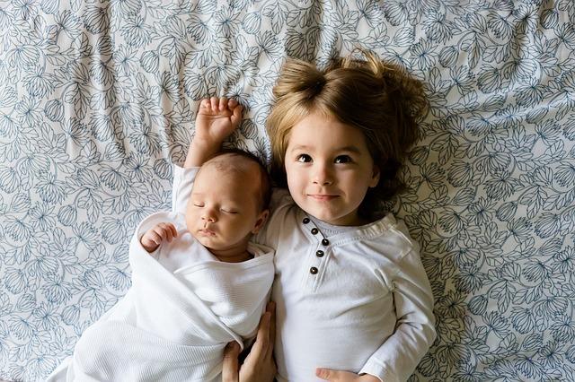 sourozenci leží vedle sebe