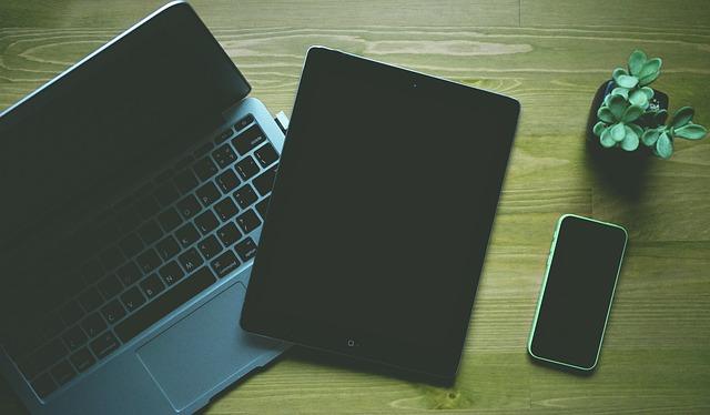 tablet, telefon a laptop