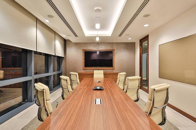 Elegantně nasvětlená kancelář.jpg