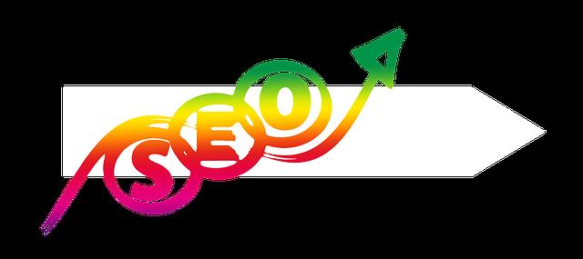 SEO napsáno barevnou šipkou na bílém pozadí
