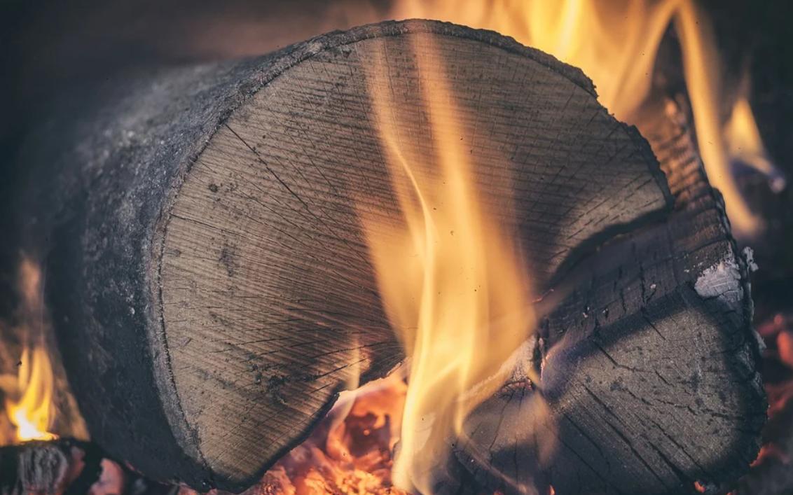oheň a dřevo