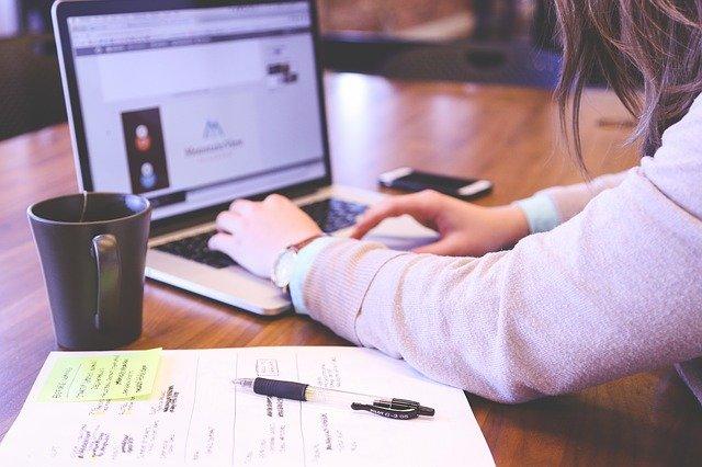 student na internetu
